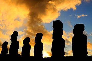 Moai's bij zonsopkomst von Antwan Janssen