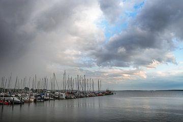 Nuages ascendants au-dessus de la marina avec des voiliers dans la station touristique Rerik à la me
