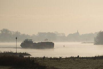 Binnenvaartschip op een mistige IJssel bij Wilsum van Gerrit Veldman