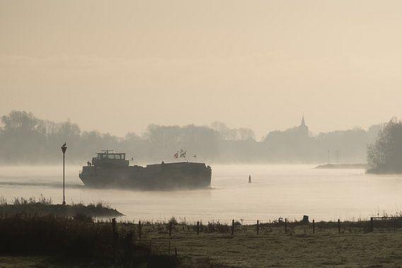 Binnenvaartschip op een mistige IJssel bij Wilsum