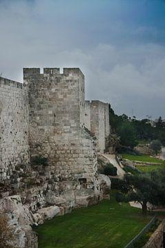 Mittelalterliche Mauern von Jerusalem. Alter Stein, düstere Himmel. Festungsturm von Michael Semenov