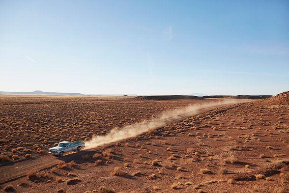 SA12501547 Pick-up truck rijdend in de woestijn