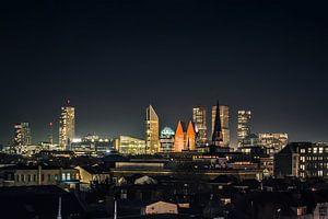 De skyline van de stad Den Haag in de nacht. van