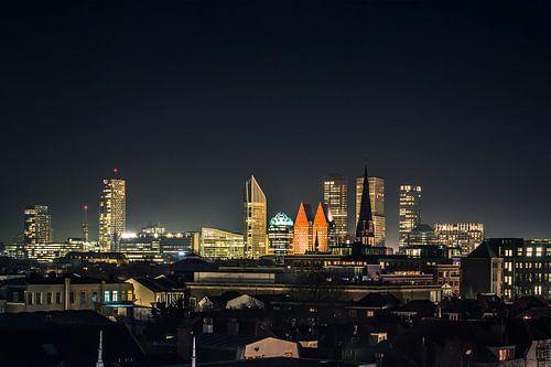 De skyline van de stad Den Haag in de nacht.