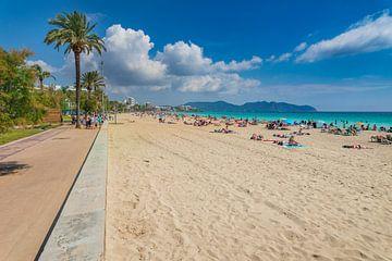 De mensen ontspannen bij het zandstrand van de kust in Cala Millor op het eiland Mallorca van Alex Winter