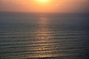 weerspiegeling van de zonsondergang op zee van Gerrit Neuteboom