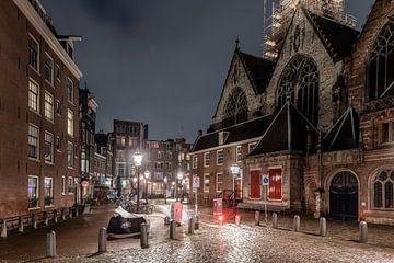 Avondklok in Amsterdam - Oudekerksplein met Oude Kerk op de Wallen van Renzo Gerritsen