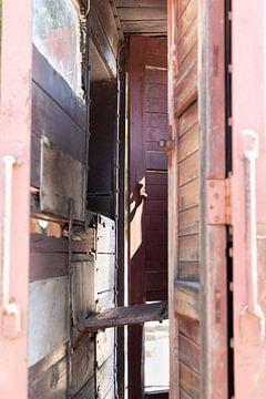 Binnengluren in een  oude houten treinwagon van Inez VAN DE WEYER