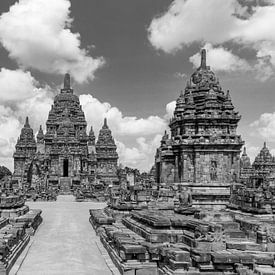 Sewu tempel onder een bewolkte lucht in zwartwit van Juriaan Wossink