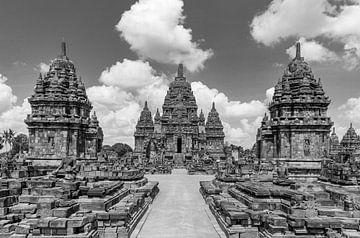 Sewu-Tempel unter einem wolkenverhangenen Himmel in Schwarz-Weiß von Juriaan Wossink