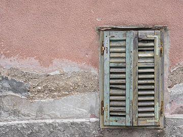 Alter hölzerner Fensterladen von Katrin May