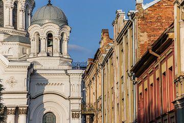 Die Kirche des Erzengels Michael und alte Häuser in Kaunas von Marc Venema