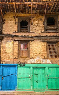 Voorgevel van een oud gebouw in Patan, Nepal van Rietje Bulthuis