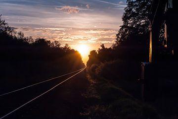 Zonsondergang bij de spoorweg van Robert de Jong