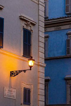 Straßenlaterne in Rom, Italien von Mickéle Godderis