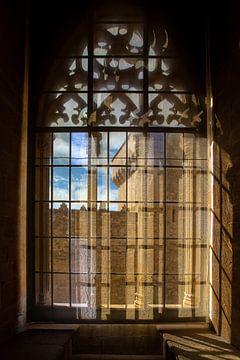 Blick aus mittelalterlichen Fenstern auf das Kloster von Poblet in Spanien von Wout Kok