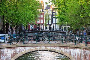 Fietsen op de brug in Amsterdam van