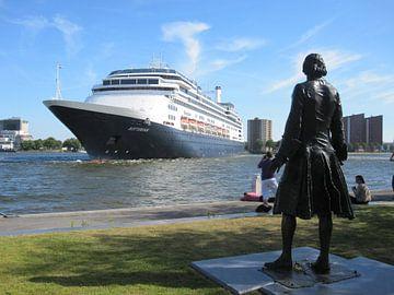 Het SS Rotterdam keert voor vertrek bij Peter de Grote van Fons Simons