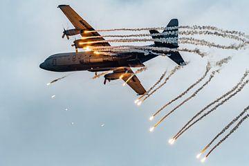 C-130 Hercules dropping flares van Sterkenburg Media