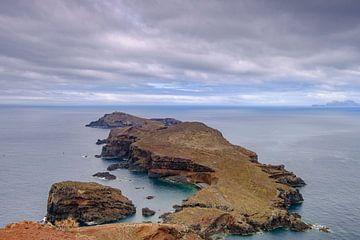 Uitzicht over Ilheu da Cevada vanuit Ponta do Furado op het schiereiland Ponta de São Lourenço op Ma van Sjoerd van der Wal