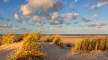 Duin, strand, zee en wolken van Bram van Broekhoven