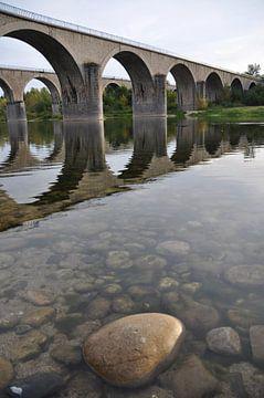 Dubbele boogbrug over de rivier de Ardèche van Peter Mooij