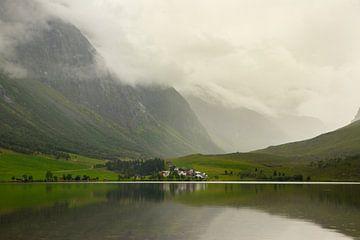 Bergsee in den norwegischen Fjorden mit einem Dorf auf der anderen Seite von Karijn Seldam
