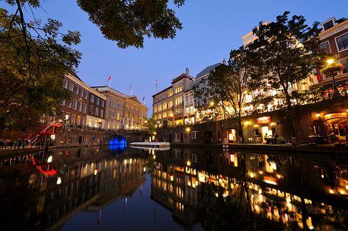 De Oudegracht in Utrecht ter hoogte van de Stadhuisbrug