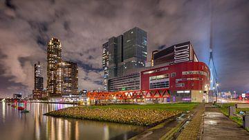 Nachtelijk stadsbeeld met opvallende architectuur Kop van Zuid van Tony Vingerhoets