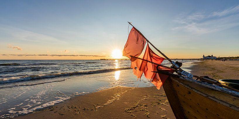 Fischerboot am Strand von Ahlbeck auf Usedom von Werner Dieterich