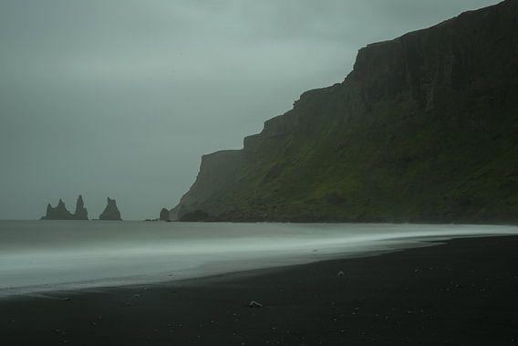 Reynisdrangar bij Vik, IJsland van Pep Dekker