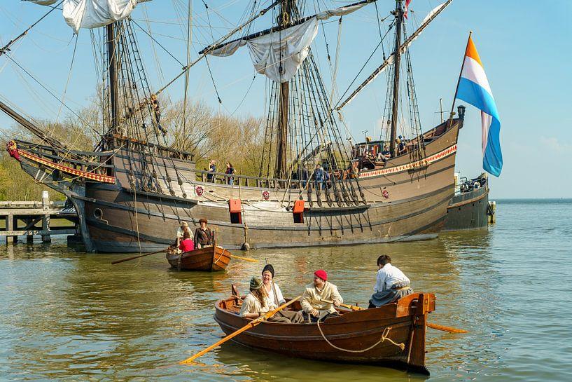VOC Haven Hoorn met VOC schip De Halve Maen van Eric de Kuijper