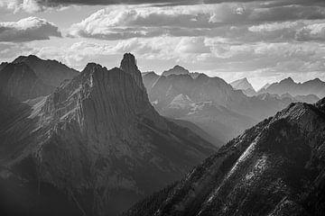 Castle Mountain (NP Banff) tijdens een bewolkte dag (B&W) van Gilbert Schroevers