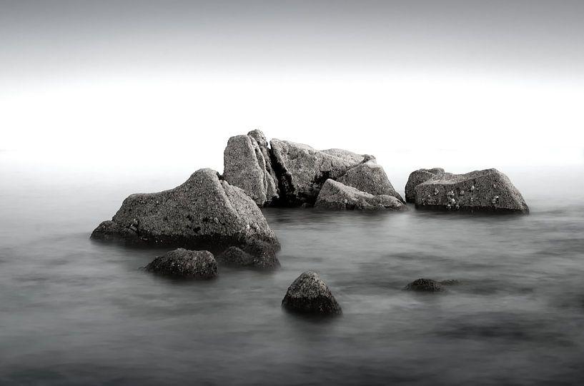 Rotsen in een kalme zee van Mark Bolijn