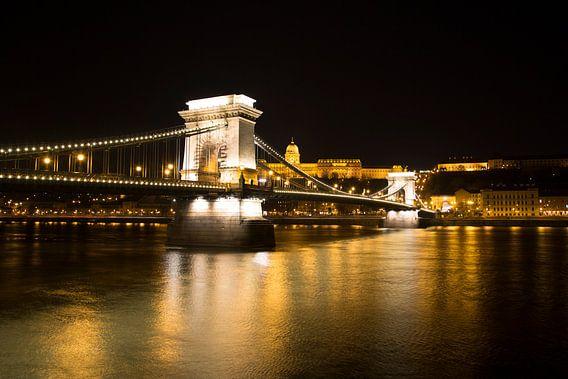 De Kettingbrug in Boedapest Hongarije van Willem Vernes