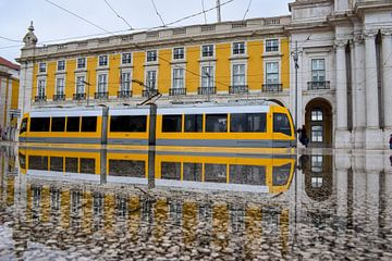 Tram in Lissabon, Portugal van Kim de Been