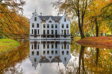 Schloss Staverden spiegelt sich im Herbst im Teich von Rob Kints