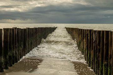 Golfbrekers in zee van Helene van Rijn