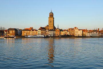 Skyline van Deventer aan de IJssel met de Lebuinuskerk  tijdens zonsondergang van Merijn van der Vliet