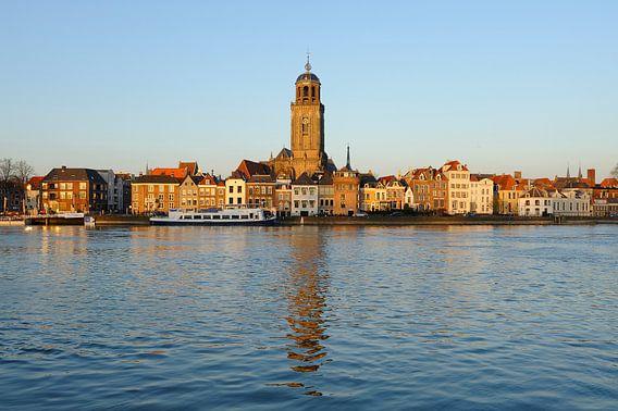 Skyline van Deventer aan de IJssel met de Lebuinuskerk  tijdens zonsondergang
