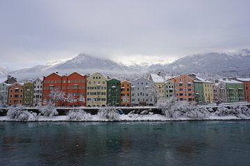 Kleurige besneeuwde huizen in Innsbruck aan de rivier de Inn (Tirol, Oostenrijk) van Kelly Alblas