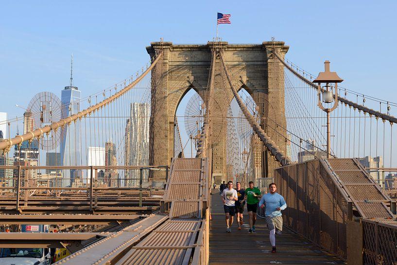 Brooklyn Bridge in New York in de ochtend met hardlopers van Merijn van der Vliet