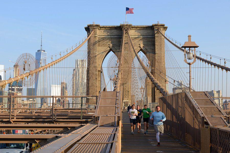 Brooklyn Bridge in New York in de ochtend met hardlopers
