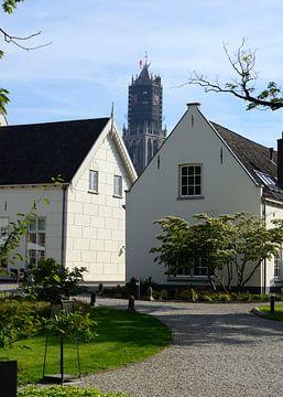 Domtoren in Utrecht gezien vanuit binnentuin Grand Hotel Karel V. sur In Utrecht