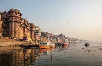 La vie le long du Gange (Ganga). Les pèlerins se baignent et prient sur Tjeerd Kruse