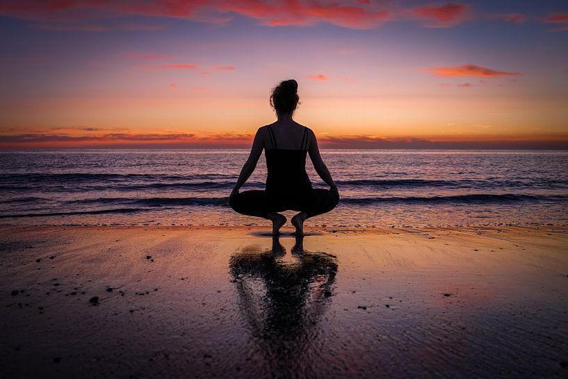 yoga op het strand van Angelique Rademakers