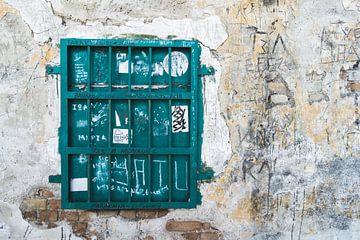Verweerde muur met groen gesloten raam van Gerben Duijster
