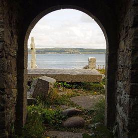 De ruïnes van de middeleeuwse kerk en het kerkhof van Kilmacreehy van Babetts Bildergalerie