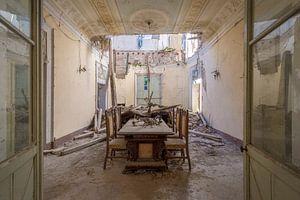 eingestürztes verlassenes Esszimmer
