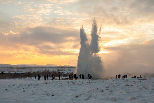 Strokkur geiser op IJsland van
